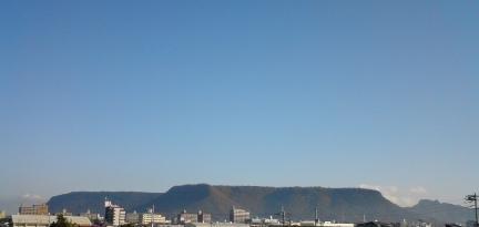 遠くの屋島.JPG